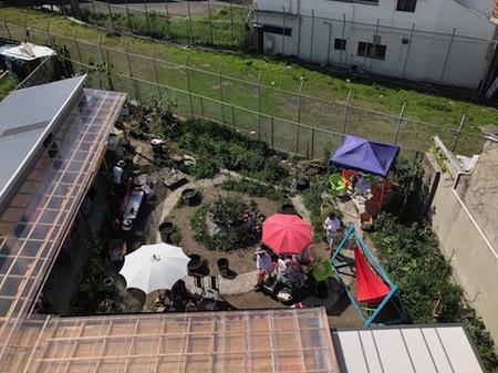 Photo2(入口からは想像もできないような広い庭が中に広がる).jpg