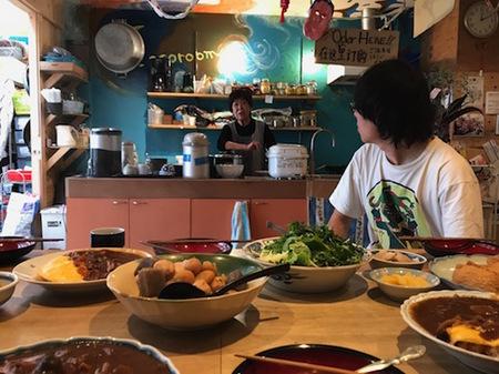 Photo4(開放的なキッチン。昼と夕にある「みんなで食べるまかないご飯」(700円)は安くて美味しいのでおすすめ).jpg