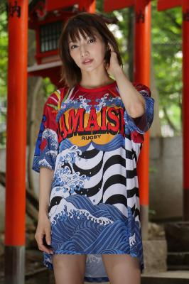 釜石復興支援チャリティTシャツを後藤真希が美脚で披露!