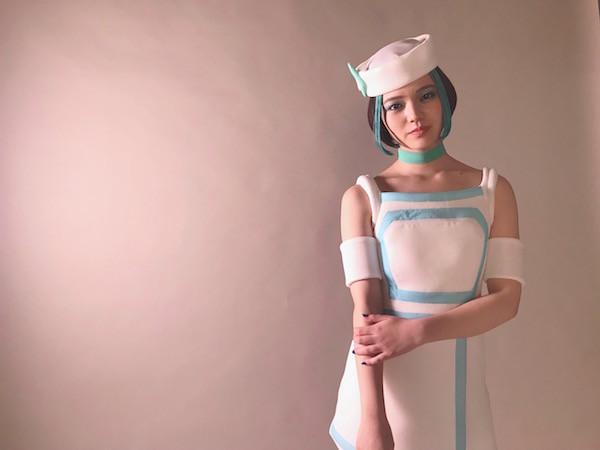 """CM出演中の""""未来から来た謎の美少女""""が話題!「ロボットでもない難しい役どころでした」"""