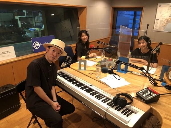 村松崇継と三倉茉奈、三倉佳奈が FMヨコハマ「Sail On The Score」にて共演! 出会いの曲「いのちの歌」をセッション!