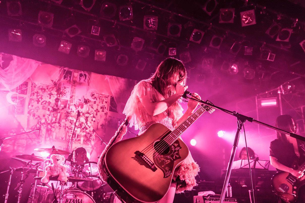 【ライブレポート】大森靖子が神聖かまってちゃん、ゆるめるモ!と対バン!ステージ上で倒れ込むほどのパフォーマンスにファン大興奮!