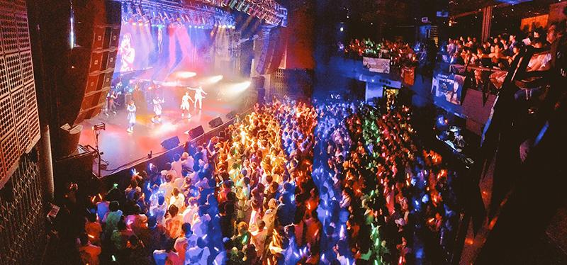 【ライブレポート】まねきケチャ、2周年記念ライブ『まねかれナイト~』を渋谷TSUTAYA O-EASTで開催!!初のバックダンサーを引き連れた、メンバーが魅せた「進化」と「挑戦」への決意