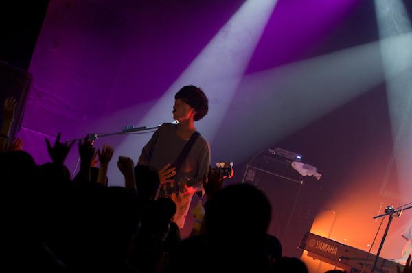 【ライブレポート】SHE'SとPELICAN FANCLUB、初の海外公演で魅せる熱演の夜