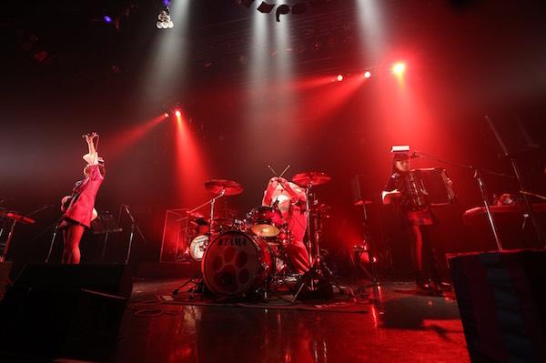 【ライブレポート】チャランポとにゃんごすたーLIVEで共演!3ピースで『紅』をシャウト! 初となる日比谷野音での