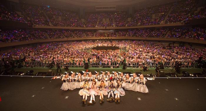 【ライブレポート】まねきケチャ、グループ念願の武道館を超満員に!不動の歌姫の卒業、4時間の熱狂の先に!
